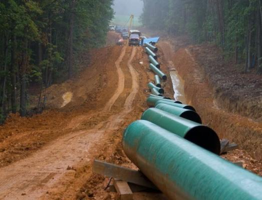 Stringing natural gas pipeline